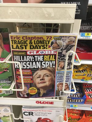 Auf einem Zeitschriftencover sieht man Hillary Clinton
