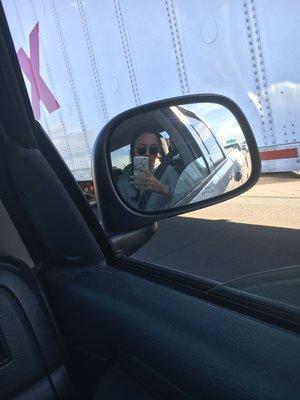 Unsere Autorin ist im Seitenspiegel eines Autos zu sehen