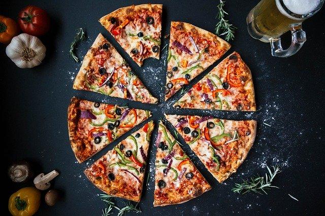 切り分けられたピザ