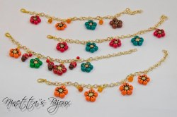 bracciale con catena dorata e fiori colorati
