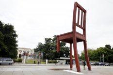 Non una semplice sedia, l'opera d'arte che campeggia davanti alla sede dell'ONU di Ginevra: l'autore, Daniel Berset, l'ha realizzata per le vittime delle mine antiuomo.