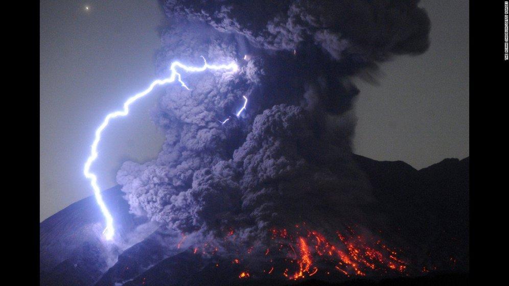 Monte Sakurajima, Giappone - una tempesta e un'eruzione del vulcano in contemporanea.