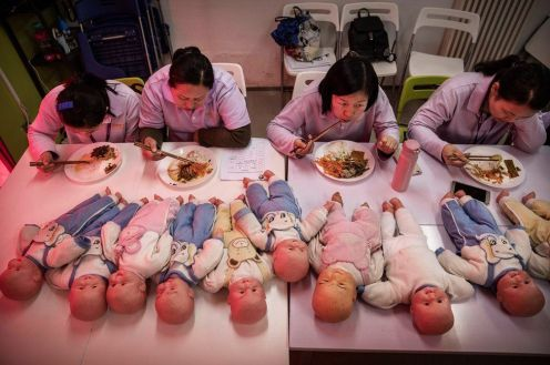 A Pechino, lo sciame di donne arrivate dalle campagne in cerca di fortuna segue un corso per fare la tata.