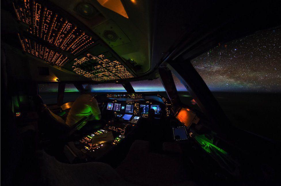 _95131784_boeing-747-cockpit-aurora-night-sunrise-galaxy-milkyway-stars-vanheijst_1600px