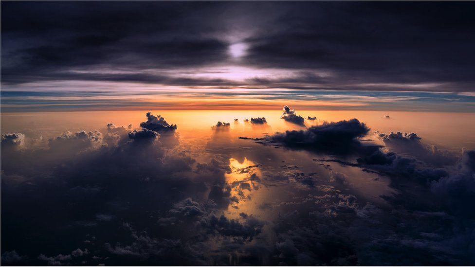 _95132141_sunset-clouds-ocean-shadow-vanheijst_1600px