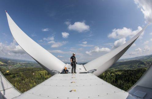 Il panorama che i tecnici di questo impianto eolico possono ammirare è a dir poco spettacolare...