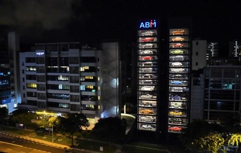 Sembra un enorme distributore automatico di auto, ma in realtà è una vetrina delle auto di lusso della AutoBahn Motors di Singapore.