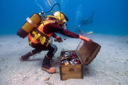 Saint-Mandrier, Francia: un sommozzatore recupera delle bottiglie di Bandol per scoprire, a distanza di un anno, quali sono stati gli effetti della permanenza in acqua sulla maturazione.