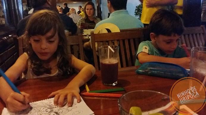 Usando os livros de atividades enquanto esperam o jantar com crianças