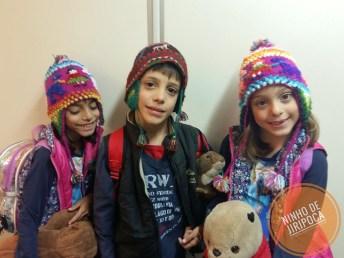 Crianças prontas para embarque no avião