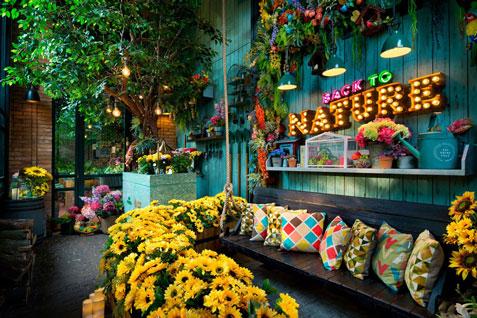The Garden Makan Di Antara Bunga Bunga Nininmenulis