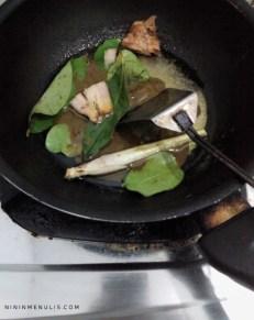 masak opor ayam