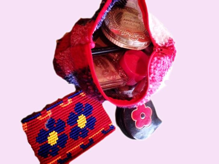 女子バックパッカーの持ち物化粧品