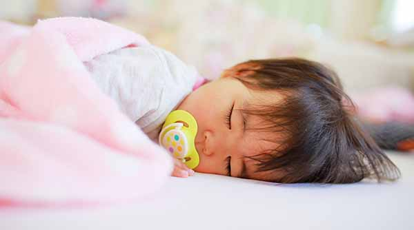 スヤスヤと寝る赤ちゃん