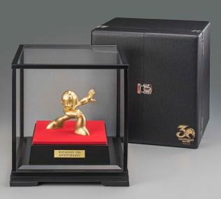 mega-man-30th-anniversary-pure-gold-statue-4