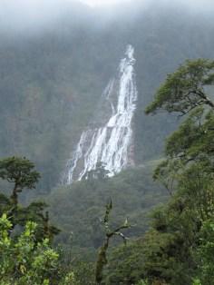 Le fjordland est connu pour son temps humide et ses nombreuses cascades.
