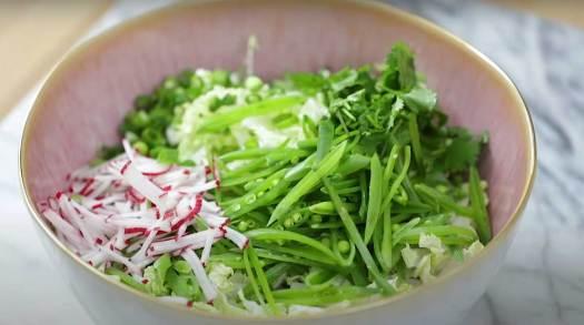 بعض المكونات التي يمكن إضافتها للطبق مثل البصل، ويمكن إضافة البازلاء أيضا