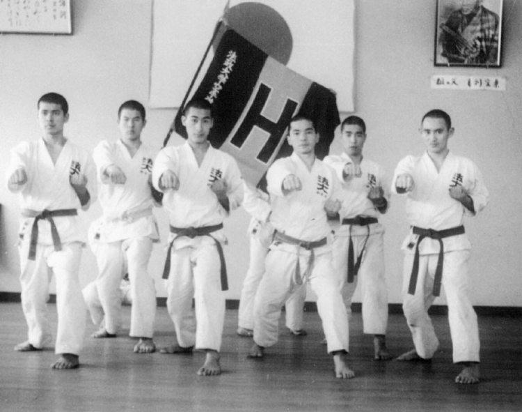 يوشيهيديه سوغا (أقصى اليمين) برفقة فريق الكاراتيه في جامعته | عبر مكتب رئاسة الوزراء وكيودو
