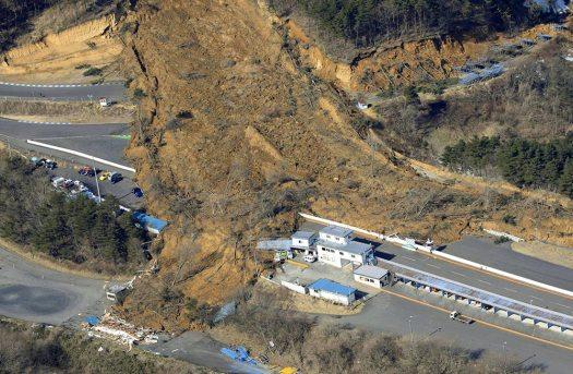 انزلاق في التربة جراء هزة الزلزال (محافظة فوكوشيما) | تاريخ الصورة: الـ14 من فبراير 2021 | عبر كيودو