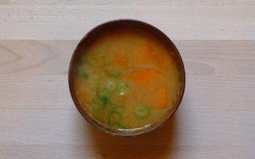 KABOCHA NO MISOSHIRU – Misosuppe mit Kürbis