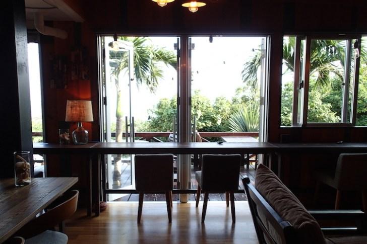 島野菜カフェ:リハロウビーチの窓際席