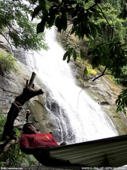 ঝরণার সামনে হ্যামকে শুয়ে তুহিন ভাইয়ের বিশ্রাম (ছবি: নিশাচর)