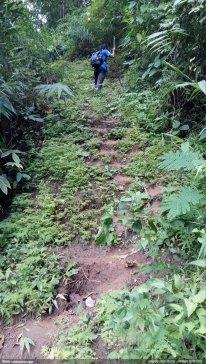 ভূমি-সমতলে ক্যামেরা ধরলে পথটা কতটা খাড়া তার আন্দাজ পাওয়া যাবে - তানভিরকে দেখা যাচ্ছে