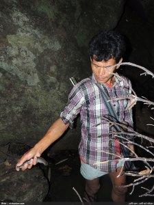 যোগী হাফং ট্রেইল থেকে ধরা মাছ হাতে গাইড ডান বুয়াই