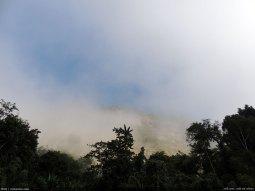 কুয়াশাস্নাত ভোরে লাংলপ তং-য়ের উঁকি দিয়ে দেখা