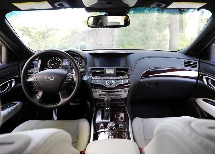 2017 Infiniti Q70 interior