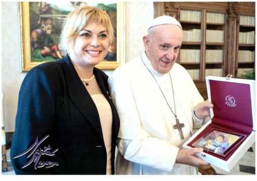 Con Su Santidad el Papa al hacerle entrega de mi obra