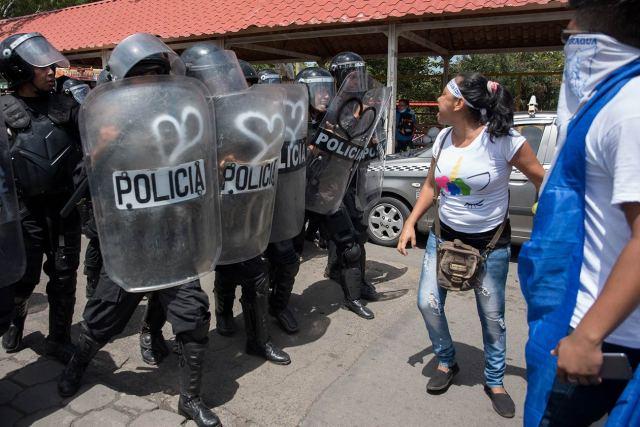 Pero cuando los manifestantes iban por el sector de las Américas tres, los antimotines de Policía Nacional y los simpatizantes orteguistas atacaron la marcha. Foto: Carlos Herrera | Niú