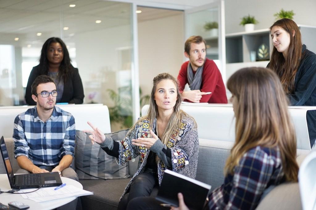 persona hablando durante pequeña reunión, la interacción con el público es una actividad del community manager
