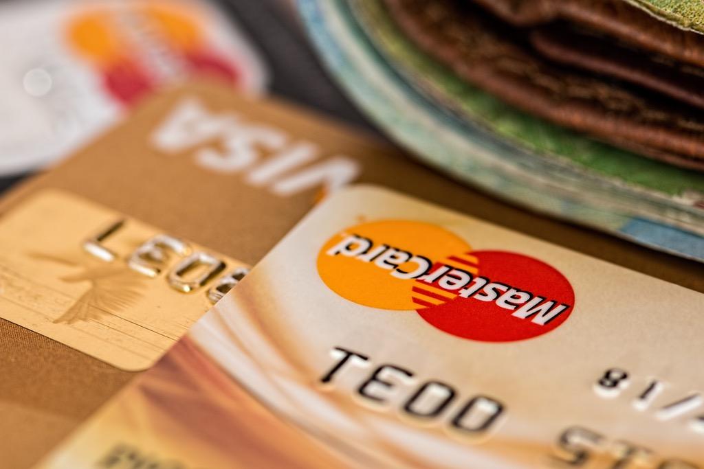 imagen de tarjetas de crédito o débito, el embudo de conversión termina en las ventas, donde se cierra el proceso del comprador