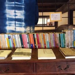 文庫中心の棚