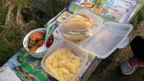 Picknick muss mit! Diesmal mit selbstbelegten Matjesbrötchen, Polenta und Gemüse