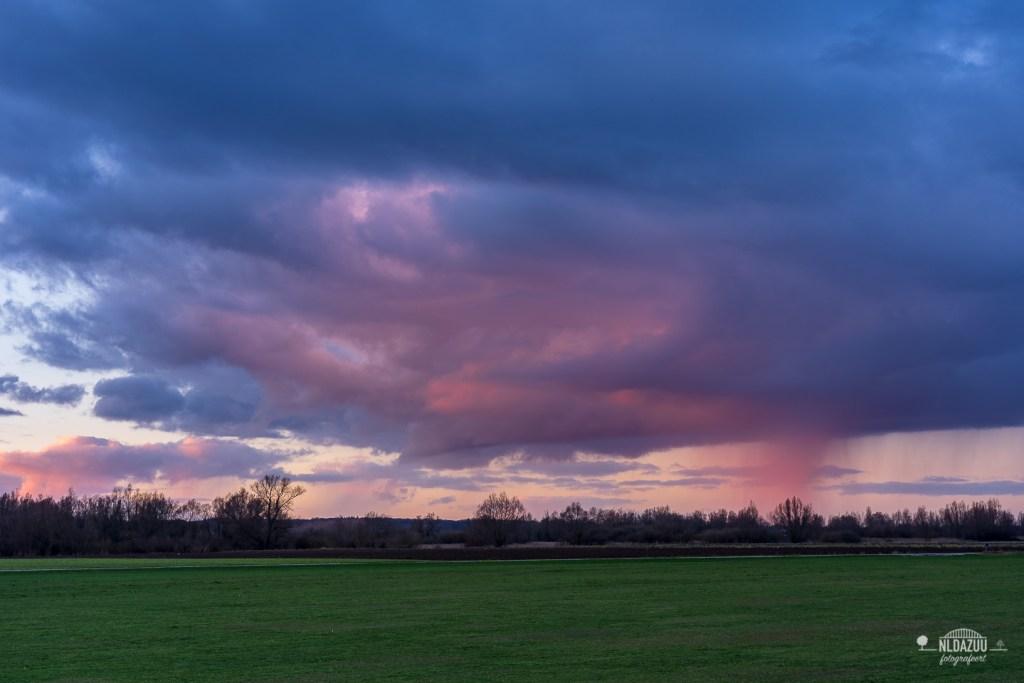 Roze regenwolk bij Doesburg
