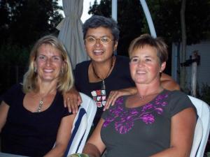 Tijdens het afscheid in augustus Yvonne, Lizzy en Anette