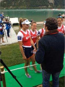 De vrouwen van de dubbel-vier houden een interview vlak na het uitstappen.