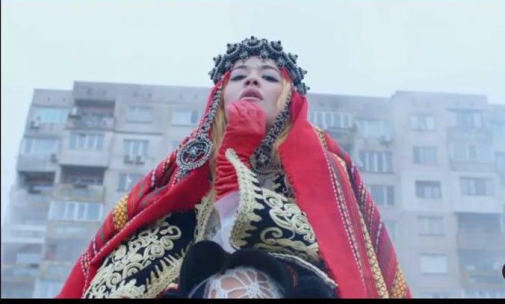 Rita Ora me veshje kombëtare në videoklipin e saj të ri