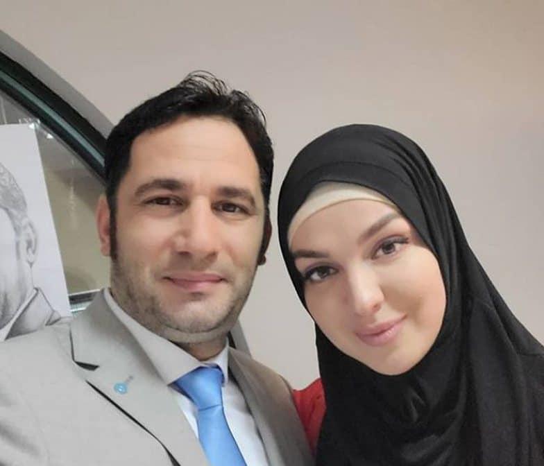 Gazetari Mane fyen bashkëshorten e Elvis Naçit