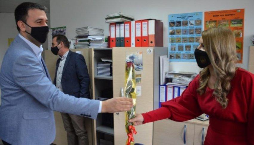 8 Marsi, Ministri Hoxha nderon gratë në dikasterin e tij