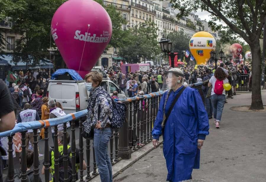 Me gjithë protestat, Franca miraton pasaportën e COVID-it dhe rregullat e tjera