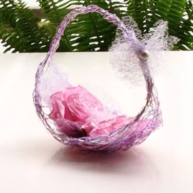 Cestas porta anillo,jarras,flores.
