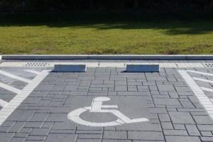 車いす利用者の駐車位置とわかるように標識が必要の参考画像