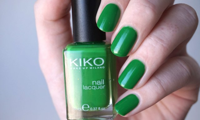 swatch of kiko 391 grass green in artificial lighting