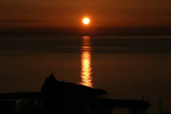 知床・ウトロの海に沈む夕陽 2010年5月撮影
