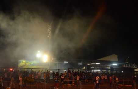PM entra em confronto com torcedores do lado de fora do estádio do Sesi (Clóvis Miranda)