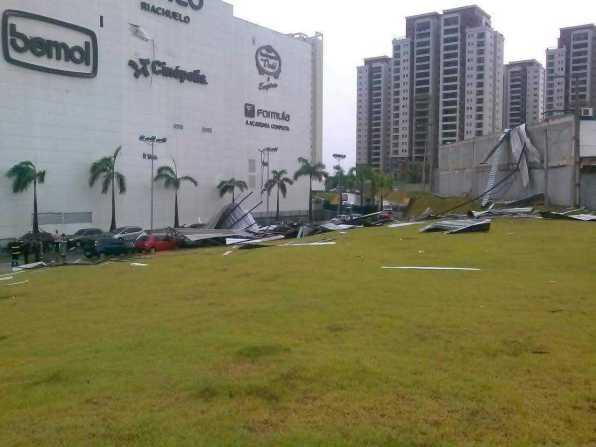 Exército inicia retirada de telhado sobre carros no estacionamento do Shopping Ponta Negra