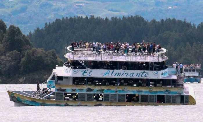 Barco afunda aos poucos em represa na Colômbia - JUAN QUIROZ / AFP